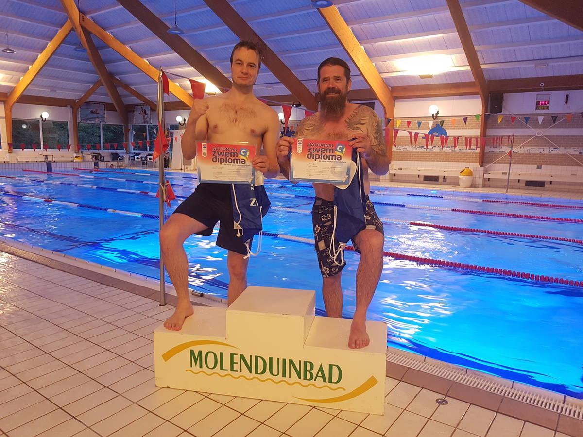 Jan en Timo voldoen aan de Nationale Norm Zwemveiligheid