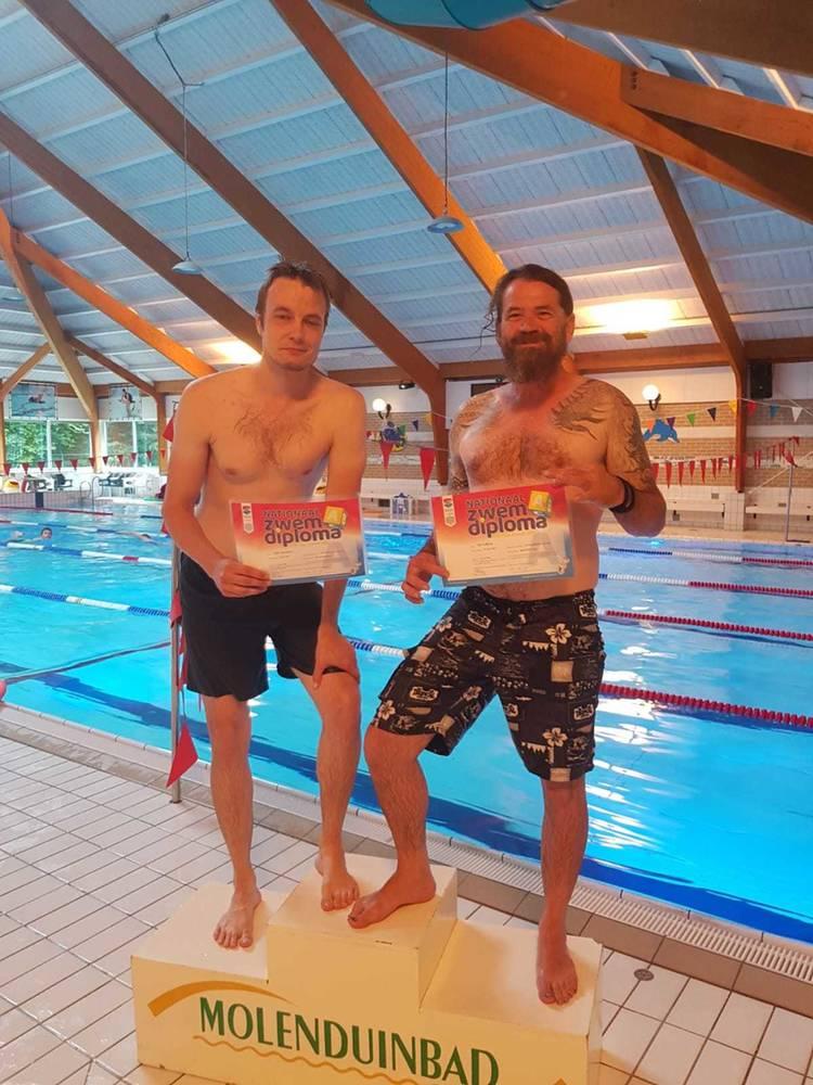 Jan (49) en Timo (36) halen zwemdiploma